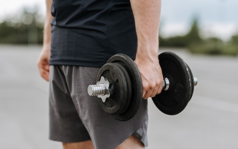exercice épaules haltère